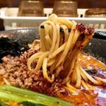 麺座 かたぶつ - 辛シビ玉子とじ 麺リフト