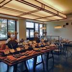 アルモニエ ワシマ ブランジュ - パンの並ぶ台