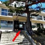 アルモニエ ワシマ ブランジュ - 鉄筋旧校舎の中央入り口(赤い⇒)