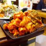 炭火焼 ぐら - キムチ盛合せ(¥972)。白菜キムチ・カクテキ・後ろにオイキムチが控えてます。3人では食べきれない量です!