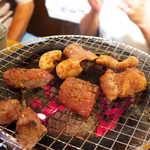 炭火焼 ぐら - プリっとした食感・とろける旨みを楽しみに、焦らず火を通していきます