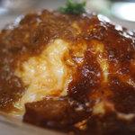 コンフィー - デミ&カレーのダブルソースがけチーズ入りオムライス