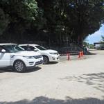 虎屋 壺中庵 - 店の前の神社の駐車場へ