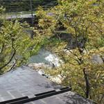虎屋 壺中庵 - 裏の清流を見下ろす