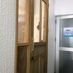 スイドウミチ コーヒー - 左手のドアから入店