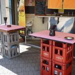 立ち呑み処 寄り屋 - 店頭のスタンドテーブル(喫煙可能)