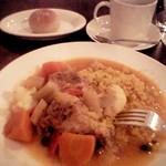 912026 - 宮城産鶏と野菜のビネガー煮込みとクスクス(1300円)とパン