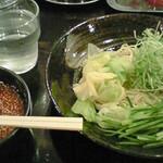 廣島つけ麺本舗ばくだん屋  - きゅうり・茹キャベツ・白髪葱・お肉が乗ってます