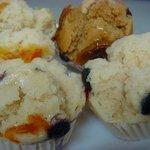 ミスタームシパン - 手前からブルーベリーチーズ、丹波の黒豆、キコリのムシパン、オレンジチョコ