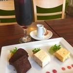 squad cafe - ランチメニューに追加でドリンク¥100、プチスイーツ3種¥350(税込)