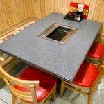 91205694 - テーブル席が6つ。