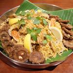 ガネーシュ - 蟹とアサリのビリヤニ(?円) 揚げたゴーヤ添え。なんとワタ入り!
