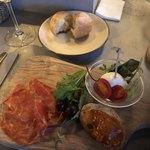 OBICA MOZZARELLA BAR - 前菜盛り合わせとお通しのパン