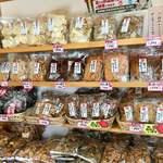坪田菓子店 - これだけ並んでいると、悩んでしまいます(,,•﹏•,,)