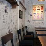 ワーズカフェ - 壁はサインでいっぱいです