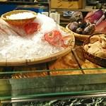 魚貝三昧 げん屋 - 目の前には本日の食材がズラリ!       氷の山のてっぺんのざるの中には黄金色に輝くあゆ       上手く写っていない(笑)