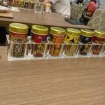 91234550 - 各テーブルに置かれている香辛料