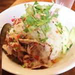 91243336 - ランチメニュー「ブンティットヌン (豚焼肉のせ冷麺)」(1000円)