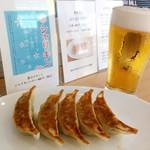 MIKIYA GYOZA STAND - 焼餃子5個250円と生ビール500円