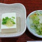 91249606 - い古い寿司 @西葛西 先に運ばれるランチに付く冷ややっこと自家製漬物