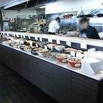 9125047 - 右側の厨房に沿って料理が並んでいます