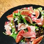 ハレバレ - カリフォルニア産 黒イチジクと生ハムのサラダ