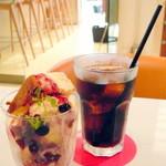 モカジャバカフェ - ベリーチーズパフェ&アイスコーヒー