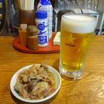 91271314 - 生ビールと鶏もつ煮(ハーフ)