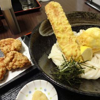 荒木伝次郎 - 料理写真:ちく玉天 生醤油うどん(810円)+唐揚げ(250円)