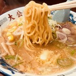 ラーメンの大公 - 豪快に麺リフト!