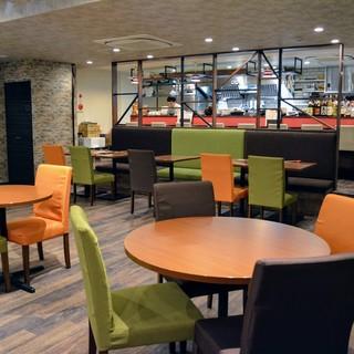 開放感抜群◎ソファ席や円卓テーブル席などゆったりと寛げる空間