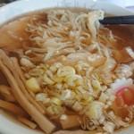 佐野ラーメン しばちゃん - 麺はこんな感じ。平打ち麺。