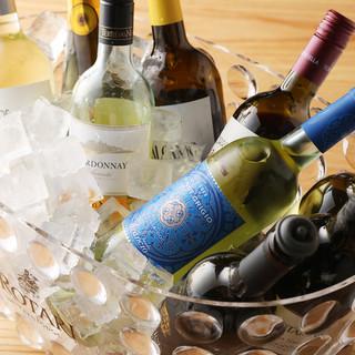 厳選されたイタリア産ワイン。料理に合わせて飲み比べ