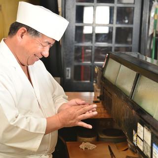 隠れた寿司処で楽しむのは、東京で腕を磨いた大将の江戸前寿司