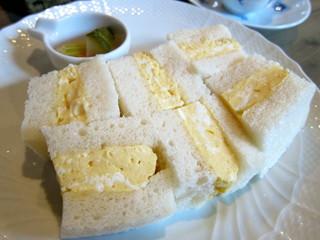 カフェ・ル・プティ・ニ・トロワ - あったかくてふわふわの卵サンド