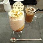 ブルガリ イル・カフェ - グラスの中には甘さ控えめの生クリームがたっぷり~。金箔に濃厚なアイスにキャラメルソース、杏?などのフルーツも。スパイシーでオリエンタルな香りに酔いしれる大人なパフェ。