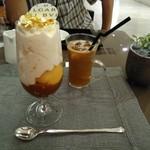 ブルガリ イル・カフェ - 手前・ドルチェヴィータ(1800円)、奥・アイスコーヒー(900円)♪