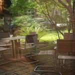 エンボカ 軽井沢 - レストラン館内からガラス越しに眺めた中庭のテラス席