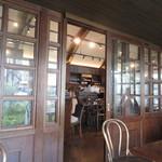 カフェ BAMBOOHOUSE - 禁煙席から喫煙エリアを見る