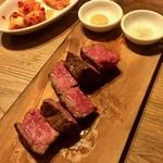 "Ushigorobambinakarubone - 肉塊""ロック""ステーキ。焼いた後、切り分け。※二人前"