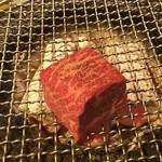 """Ushigorobambinakarubone - 肉塊""""ロック""""ステーキ、焼く前。※二人前"""