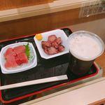 味の笛 - アサヒ 生ビール ハーフ&ハーフ(250円)、マグロぶつ(250円)、砂肝塩炒め(200円)