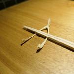 焼鳥 市松 - 鳥の鎖骨が箸置きです