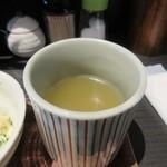 91327938 - 先ずはお茶をと思っていただいたのは美味しい鶏のスープ。                                              ふもと赤鶏をスープにした絶品のスープです。