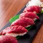 レトロ肉バル 炙りやん - 上赤身馬刺し握り5貫 ¥1280