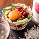レトロ肉バル 炙りやん - カンガルーのユッケ ¥1080