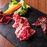 レトロ肉バル 炙りやん - 肉3種盛り合わせ¥1280