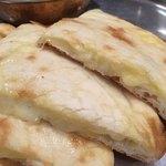RAJA - チーズたっぷり チーズナン