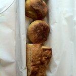 フォアゾン - 自家製パン。カレー味、トマト味