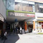 91332936 - ただのビルに見えるけど、この先にアーケード商店街があって、ここを通って行くとわかりやすいです。
